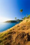 Bei paesaggio e tropicale sopra il mare ed il capo blu con la barca a vela nella priorità alta del capo della roccia e del fondo  Fotografia Stock