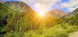 Bei paesaggio ed alba della montagna sul cielo Ampia foto fotografie stock