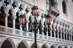 Bei pali della luce decorati in piazza San Marco Immagini Stock