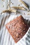 Bei pane integrale ed orecchie organici di grano Fotografie Stock