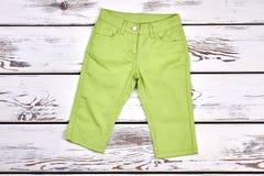 Bei pantaloni verdi della bambina Immagine Stock