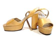 Bei pattini della donna gialla isolati su priorità bassa bianca Fotografia Stock Libera da Diritti