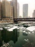 Bei pezzi congelati di ghiaccio su Chicago River durante il pomeriggio delle precipitazioni nevose pesanti dicembre Fotografie Stock