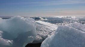 Bei pezzi del ghiaccio dalla laguna glaciale di Jokulsarlon stock footage