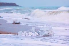 Bei pezzi di ghiaccio sulla riva di mare Fotografie Stock Libere da Diritti