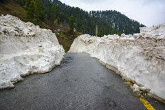 Bei pezzi di neve intorno ad una strada in valle di Naran, Pakistan Immagini Stock