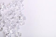 Bei pezzi di vetro sparsi del diamante su un fondo bianco Immagine Stock