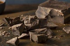 Bei pezzi dolci del cioccolato fondente dei semi organici fotografia stock libera da diritti