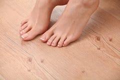 Bei piedi con il chiodo perfetto del francese della stazione termale Immagine Stock