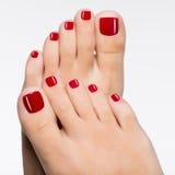Bei piedi femminili con il pedicure rosso fotografia stock libera da diritti