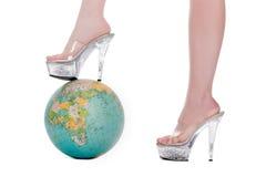 Bei piedini della donna con gli alti talloni trasparenti Fotografie Stock Libere da Diritti
