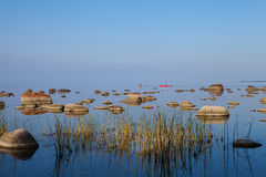 Bei pietre e fishermans nella baia di Immagini Stock