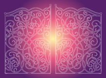 Bei portoni dell'ornamento del ferro su fondo rosa porpora Immagine Stock