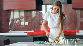 Bei prodotti di taglio della giovane donna in cucina archivi video