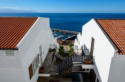 Bei punti nel Los Gigantes Tenerife Vie storiche strette incantanti del villaggio bianco immagine stock libera da diritti
