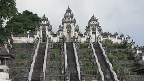 Bei punti in tempio nel giorno soleggiato di estate, Bali, Indonesia di Lempuyang video d archivio