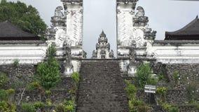 Bei punti in tempio nel giorno soleggiato di estate, Bali, Indonesia di Lempuyang stock footage