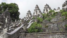 Bei punti in tempio nel giorno soleggiato di estate, Bali Indonesia di Lempuyang video d archivio