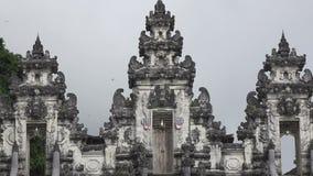 Bei punti in tempio nel giorno soleggiato di estate, Bali Indonesia di Lempuyang archivi video