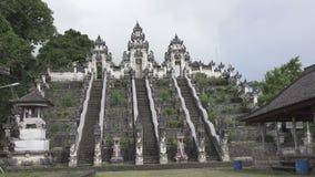 Bei punti in tempio nel giorno soleggiato di estate, Bali Indonesia di Lempuyang stock footage
