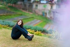 Bei ragazza e fiori asiatici sudorientali Fotografia Stock Libera da Diritti