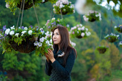 Bei ragazza e fiori asiatici sudorientali Immagini Stock Libere da Diritti