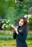 Bei ragazza e fiori asiatici sudorientali Fotografie Stock