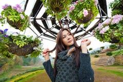 Bei ragazza e fiori asiatici sudorientali Immagine Stock