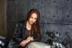 Bei ragazza e motociclo nello studio immagini stock libere da diritti