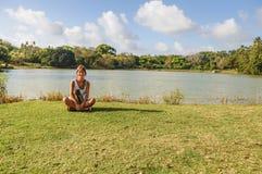 Bei ragazza, prato e lago all'isola di San Andres colo Immagine Stock