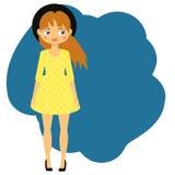 Bei ragazza in vestito giallo e black hat Fondo di modo dei bambini Bambino del fumetto Fotografia Stock