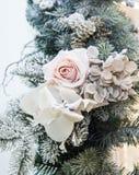 Bei rami decorati dell'albero di Natale e dei fiori bianchi, interno luminoso con le decorazioni sui precedenti immagini stock