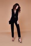 Bei rivestimento e pantaloni graziosi sexy del vestito del nero di usura della ragazza Immagine Stock