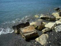 Bei rocce del mare e ciottolo e acqua frizzante Fotografia Stock Libera da Diritti