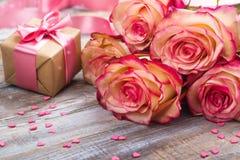 Bei rose e contenitore di regalo su fondo di legno Cartolina d'auguri di giorno di biglietti di S. Valentino o di giorno di madri Fotografia Stock