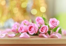 Bei rose e fondo rosa del bokeh immagini stock libere da diritti