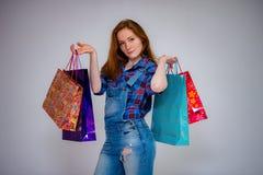 bei sacchetti della spesa dai capelli rossi della giovane donna immagine stock