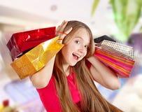 Bei sacchetti della spesa della tenuta della ragazza Fotografia Stock Libera da Diritti