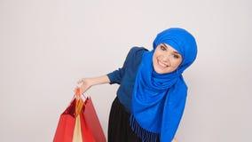 Bei sacchetti della spesa musulmani felici della tenuta della donna stock footage