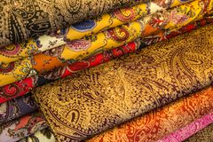 Bei scialli fatti a mano variopinti di pashmina decorati con le pietre preziose brillanti fotografia stock
