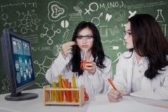 Bei scienziati che fanno esperimento Fotografia Stock