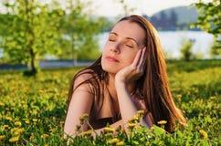 Bei sogni della donna nel parco di estate Immagine Stock
