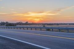 Bei Sonnenuntergang nach Hause fahren Stockbilder