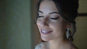 Bei sorrisi e sguardi sexy della ragazza alla macchina fotografica Bello sorriso ed emozioni reali Ragazza meravigliosa stock footage