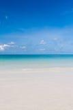 Bei spiaggia e cielo blu nel verticale della Tailandia Fotografia Stock Libera da Diritti