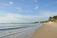 Bei spiaggia e ricorsi di mattina fotografia stock libera da diritti