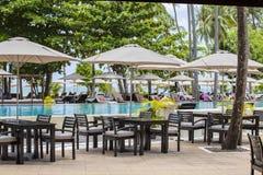 Bei spiaggia, palma, acqua di mare, ombrello e lettino tropicali un giorno soleggiato thailand immagini stock libere da diritti