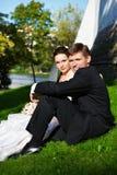Bei sposa e sposo Fotografie Stock Libere da Diritti