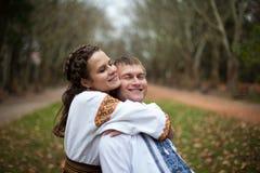 Bei sposa e sposo ucraini nei vestiti indigeni h del ricamo immagine stock libera da diritti