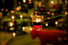 Bei supporti di candela vetrosi sul supporto Immagini Stock